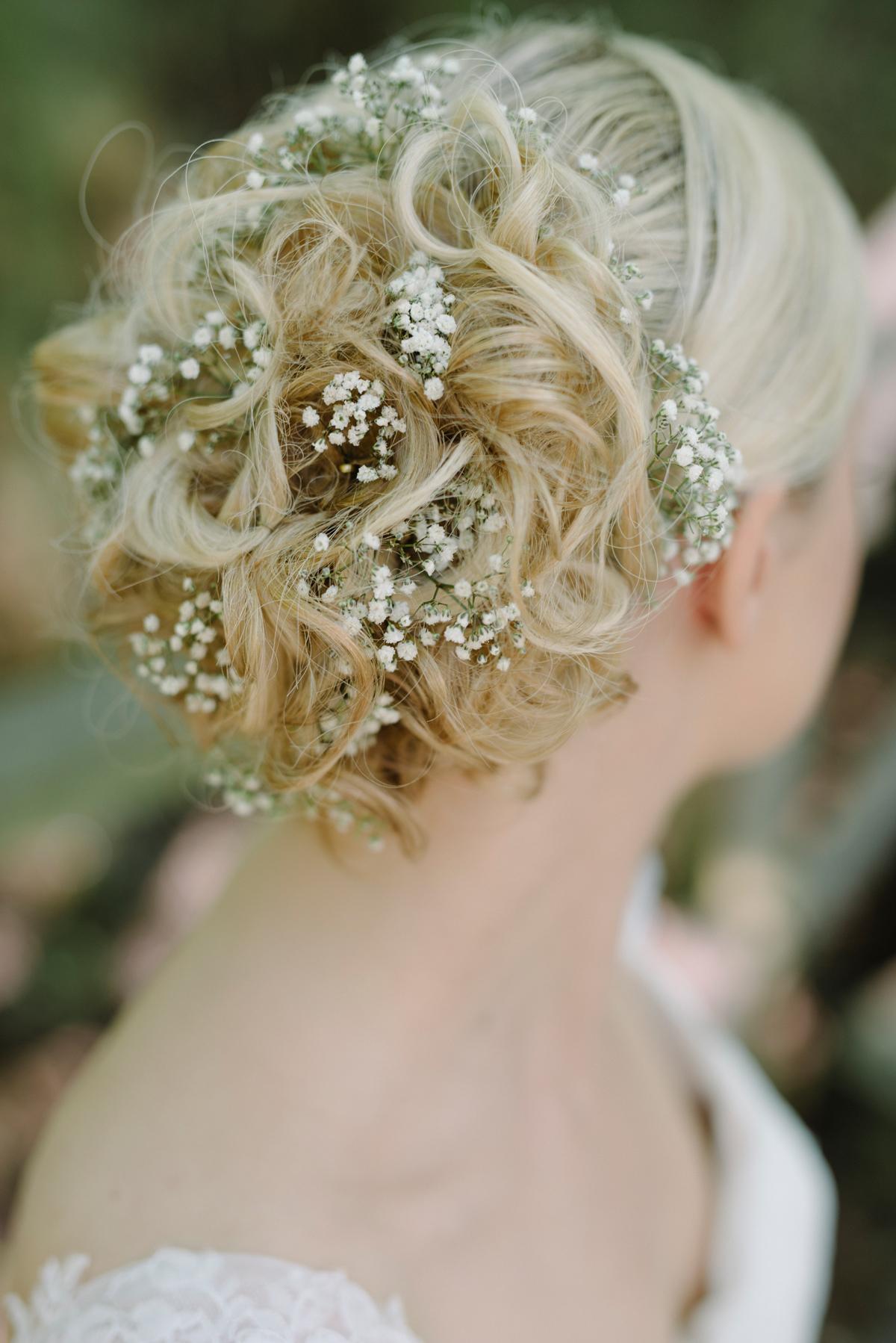 frisyr bröllop blommor